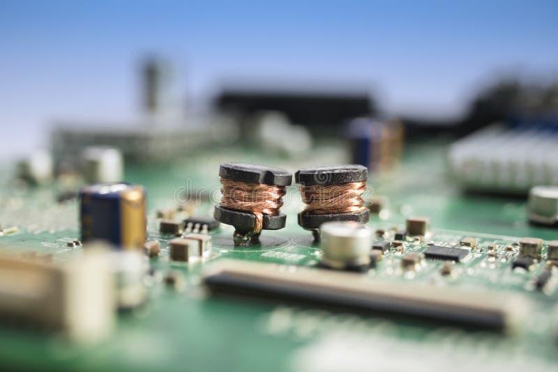Enroulements de cuivre sur le circuit électronique photographie stock libre de droits