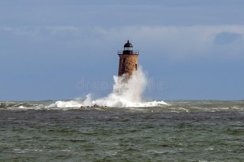 Enrouler énormes de vague autour de la tour en pierre de phare dans Maine photographie stock libre de droits