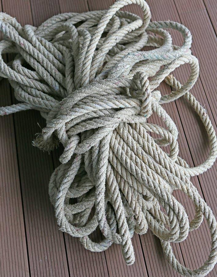 Enroulez la corde et le noeud en nylon images stock