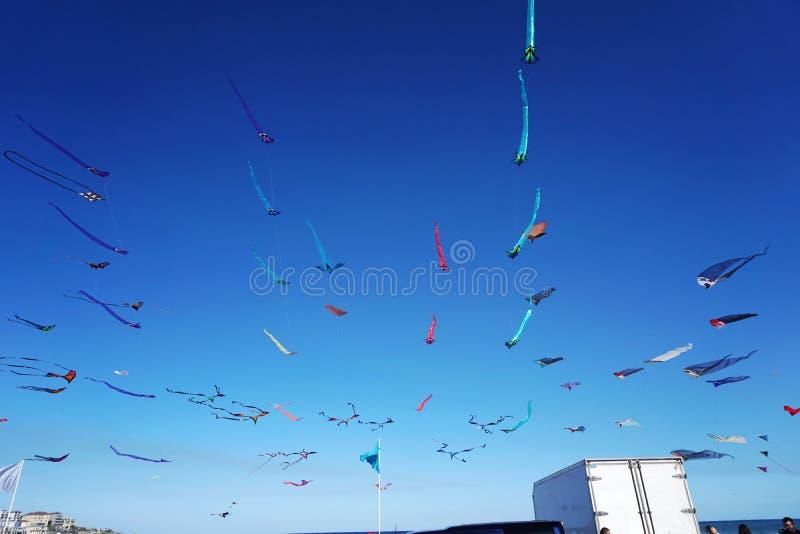 Enroulez le festival à la plage de Bondi, Sydney, Australie le 10 septembre 2017 Les cerfs-volants colorés dans le ciel en tant q photos libres de droits