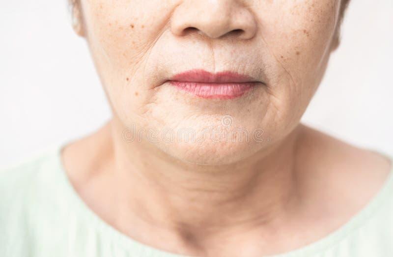 Enrugado da pele asiática velha da mulher fotografia de stock