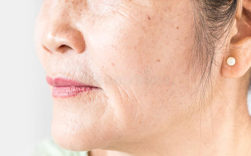 Enrugado da pele asiática velha da mulher imagem de stock
