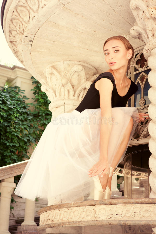 Ensaiar novo bonito da bailarina imagem de stock