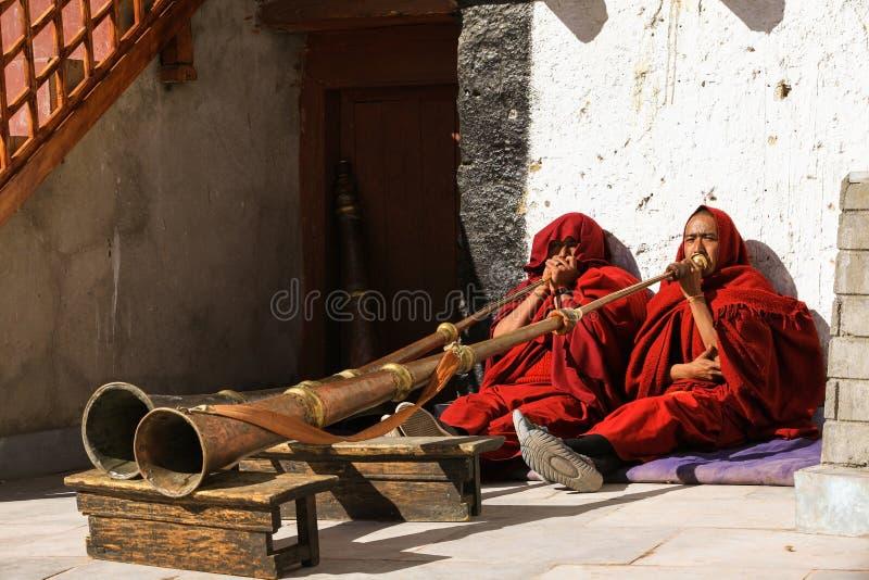 Ensaio da dança da máscara no monastério antigo em Leh fotografia de stock royalty free