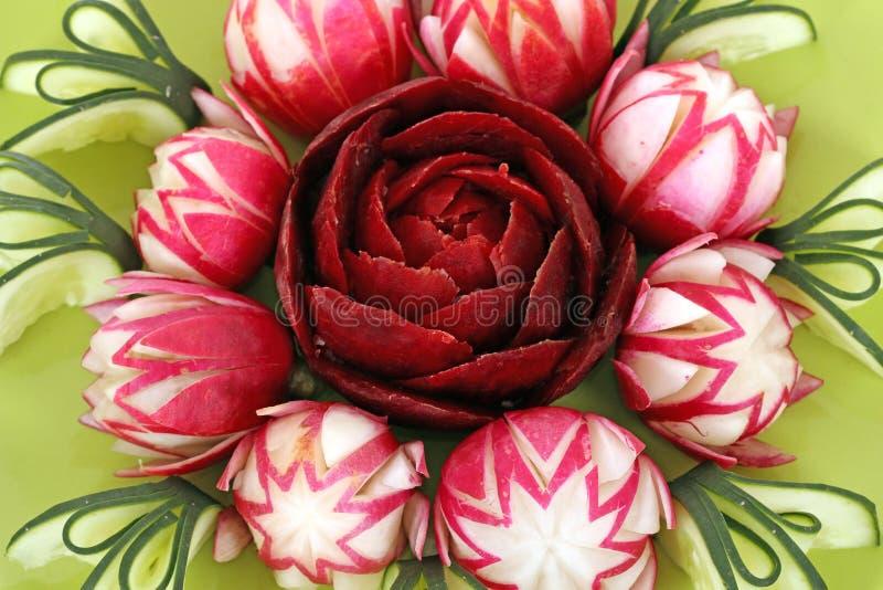 Ensalada adornada como las flores fotografía de archivo libre de regalías