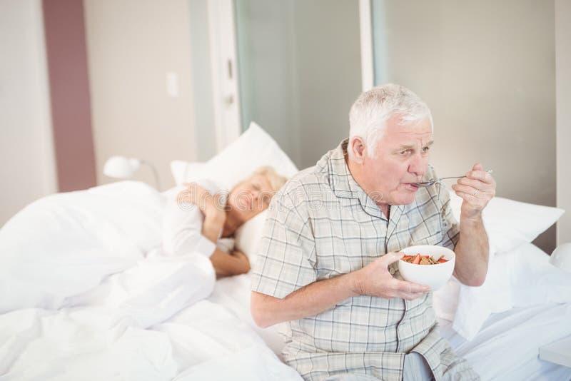 Ensalada antropófaga mayor por la esposa durmiente imagenes de archivo