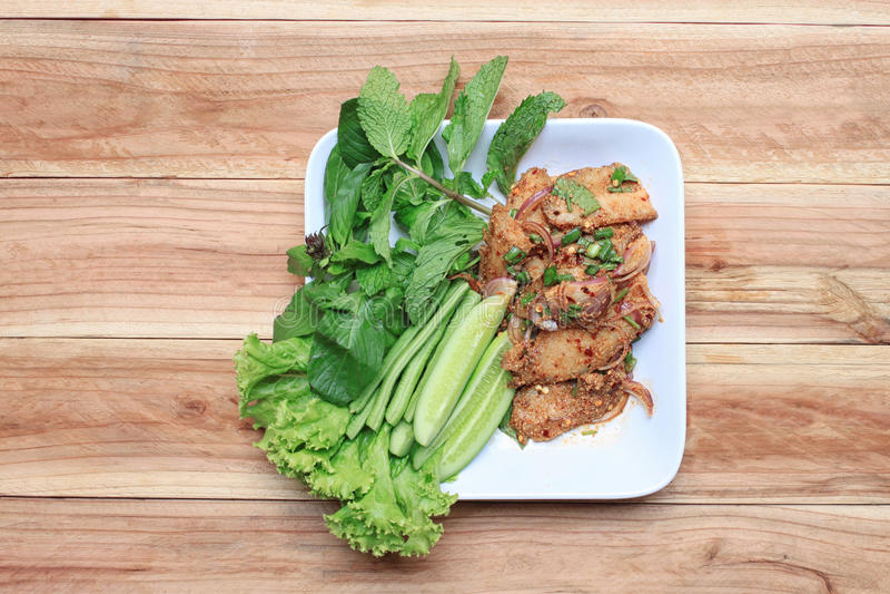 Ensalada asada a la parrilla picante del cerdo de comidas tailandesas imágenes de archivo libres de regalías