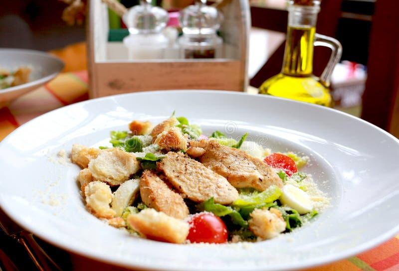 Ensalada César con las verduras un restaurante imagen de archivo libre de regalías