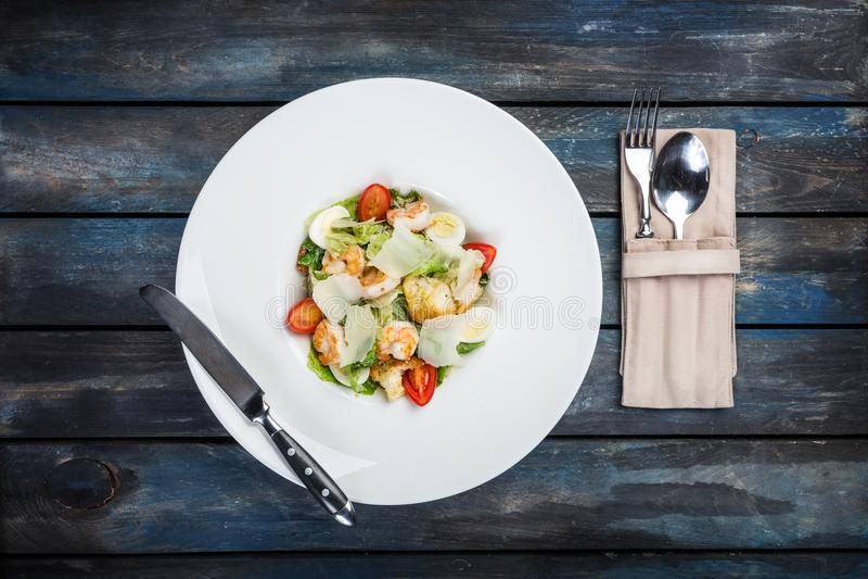 Ensalada César fresca en la placa blanca con el queso parmesano y los camarones Visión superior foto de archivo libre de regalías