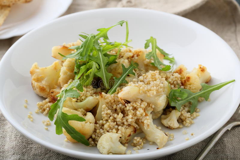 Ensalada caliente de la quinoa con la coliflor imagen de archivo libre de regalías