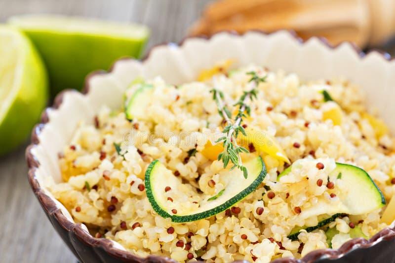 Ensalada caliente de la quinoa con las verduras imagenes de archivo