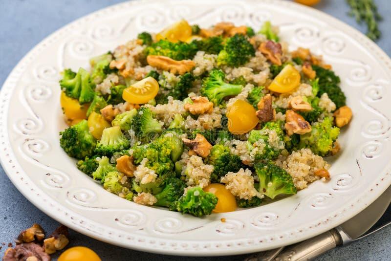 Ensalada caliente de la quinoa, del bróculi y de la nuez imagen de archivo