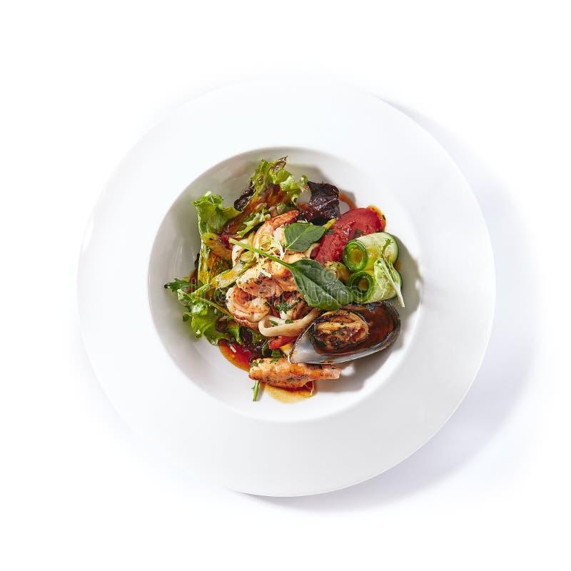 Ensalada caliente de los mariscos con las verduras, la mezcla verde de la hoja y Dre picante imagenes de archivo