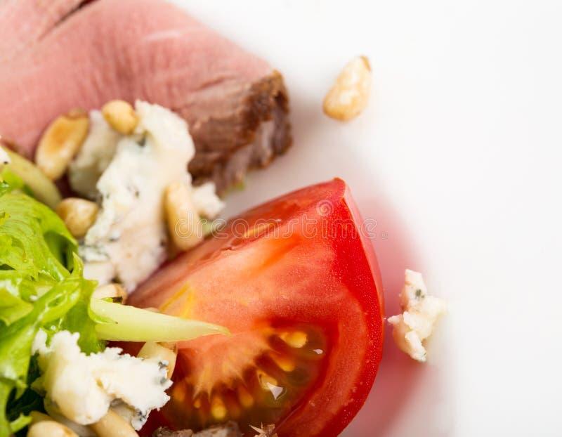 Ensalada caliente del rosbif con queso de cabra imagen de archivo libre de regalías