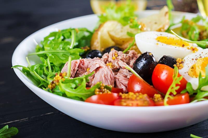 Ensalada calurosa sana del atún, habas verdes, tomates, huevos, patatas, aceitunas negras foto de archivo
