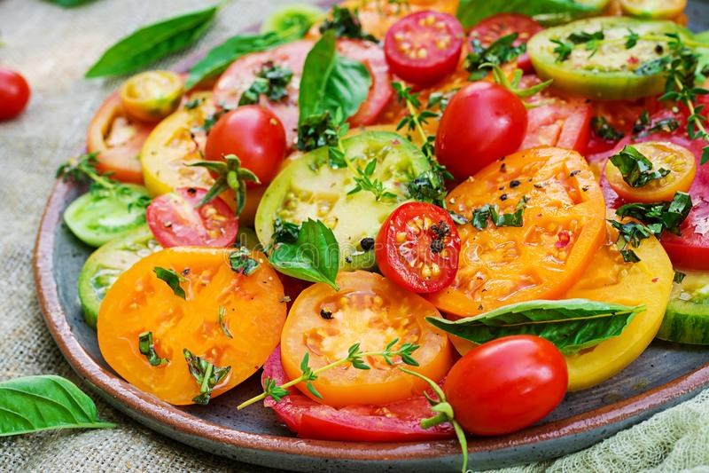 Ensalada coloreada del tomate con la cebolla y la albahaca Comida del vegano foto de archivo libre de regalías