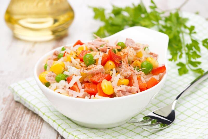 Ensalada colorida con maíz, los guisantes verdes, el arroz, la pimienta roja y el atún imagen de archivo libre de regalías