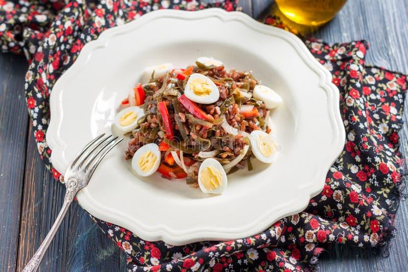 Ensalada con alga marina, los huevos, el arroz y la pimienta roja imagen de archivo libre de regalías