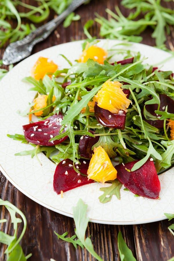 Ensalada con el arugula y la fruta cítrica, comida sana imágenes de archivo libres de regalías