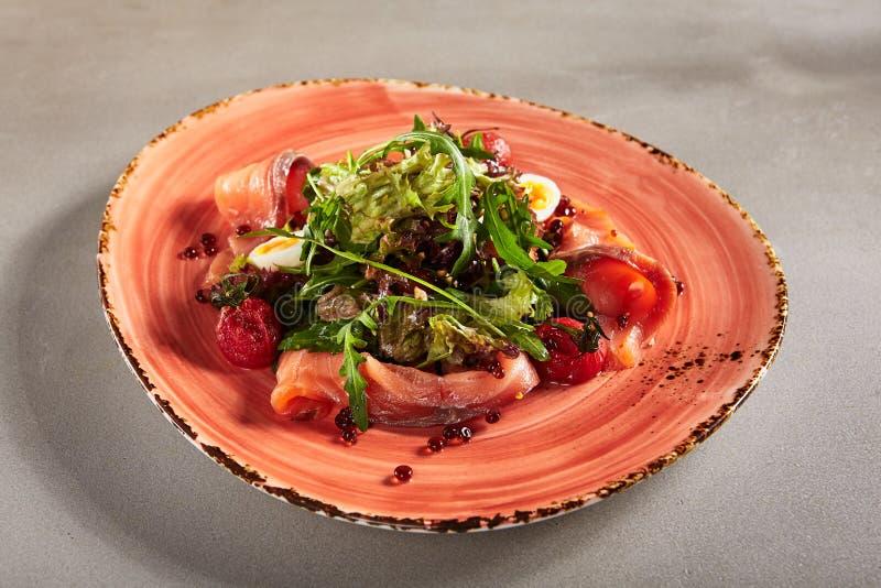 Ensalada con el salmón ahumado, caviar rojo, Cherry Tomatoe secado entero imagen de archivo libre de regalías