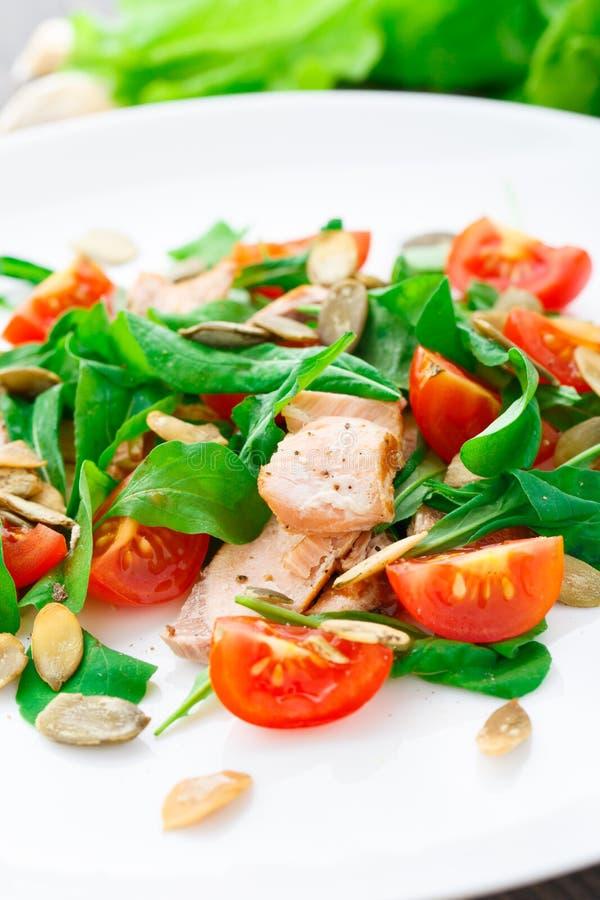 Ensalada con el tomate del arugula, de los salmones y de cereza imagenes de archivo
