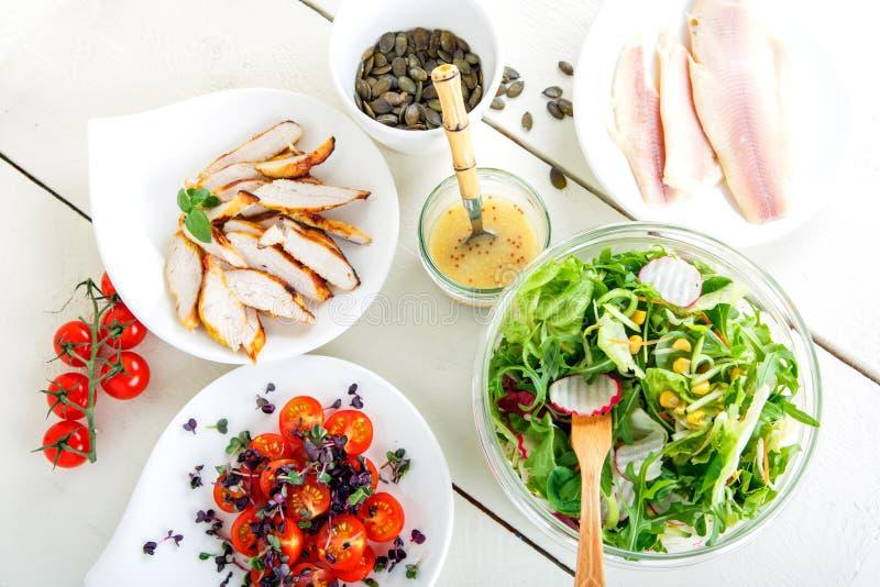 Ensalada con la carne asada a la parrilla, los pescados ahumados y diversas verduras. imagenes de archivo