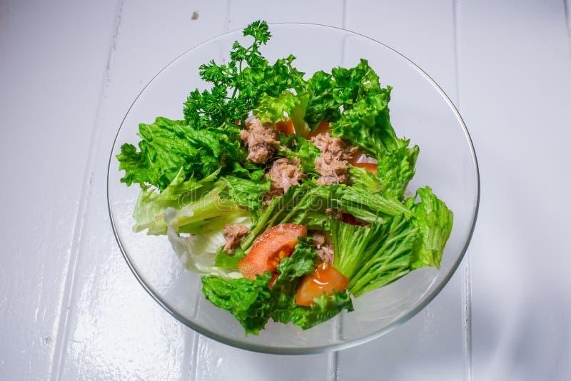 Ensalada con la carne, pollo, lechuga, eneldo, tomate Para el café de la barra del restaurante del menú fotografía de archivo