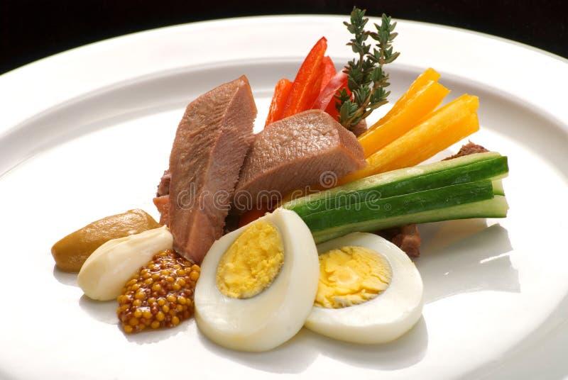 Ensalada con la lengua, las verduras y los huevos de carne de vaca imagenes de archivo