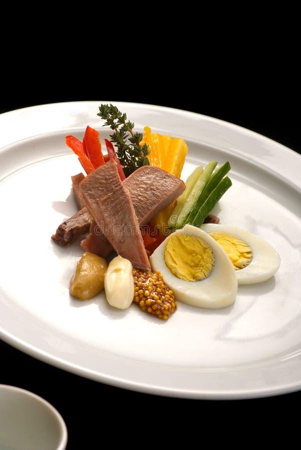 Ensalada con la lengua, las verduras y los huevos de carne de vaca foto de archivo libre de regalías