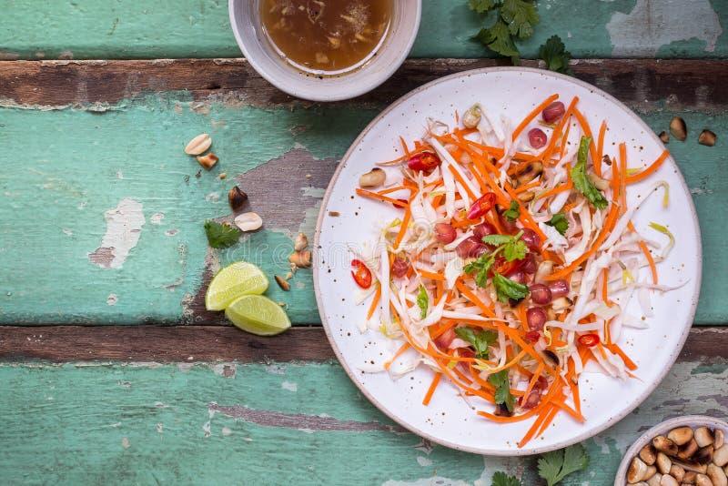 Ensalada con las zanahorias, brote de haba, granada, cacahuete, col de la ensalada de col Ensalada del verano imágenes de archivo libres de regalías