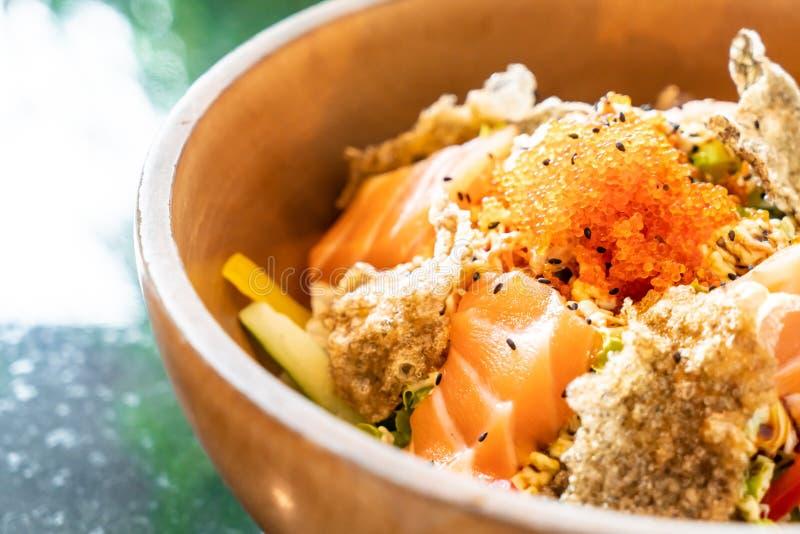 ensalada cruda de color salmón fresca con la piel de color salmón frita fotos de archivo