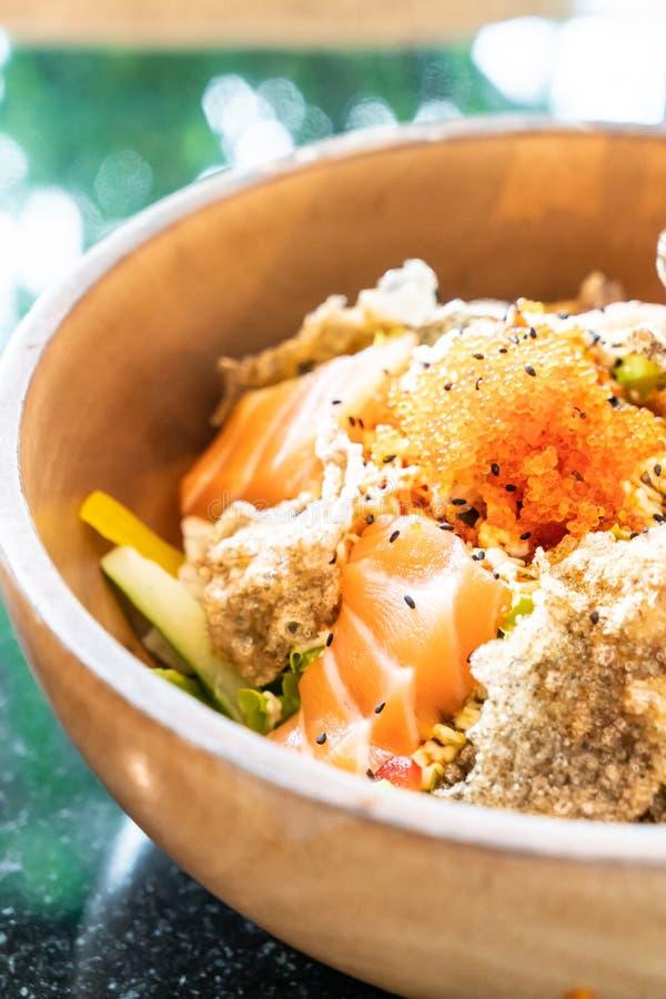 ensalada cruda de color salmón fresca con la piel de color salmón frita fotos de archivo libres de regalías
