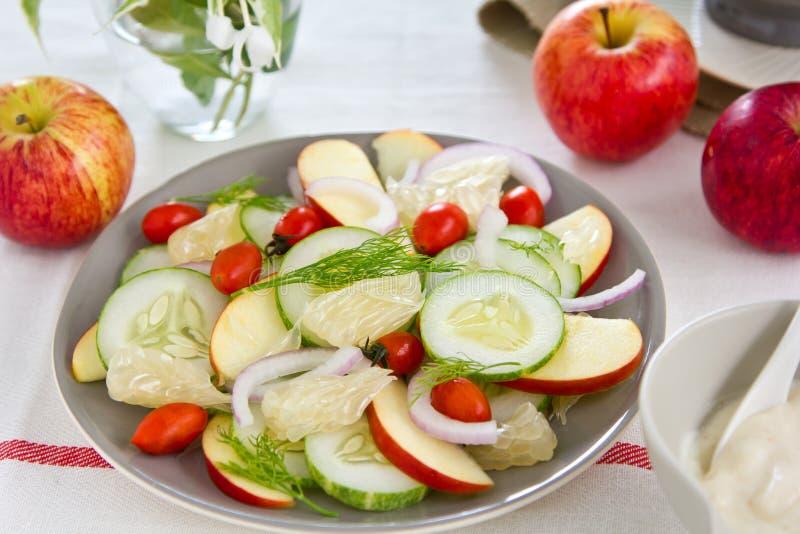 Ensalada de Apple y del pomelo con la preparación del yogur fotografía de archivo libre de regalías