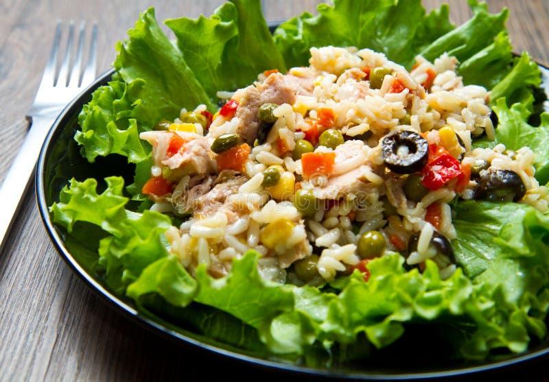 Ensalada de at n con arroz y verduras imagen de archivo - Arroz con pescado y verduras ...
