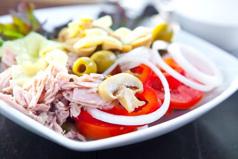 Ensalada de atún con los tomates, las setas y las cebollas imagen de archivo