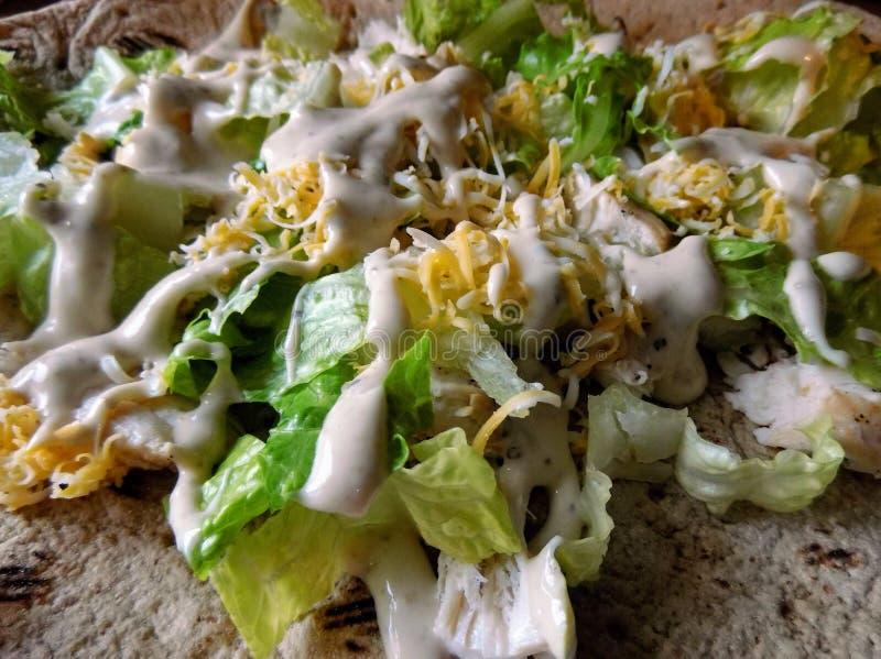 Ensalada de Caesar asada a la parilla del pollo imagenes de archivo