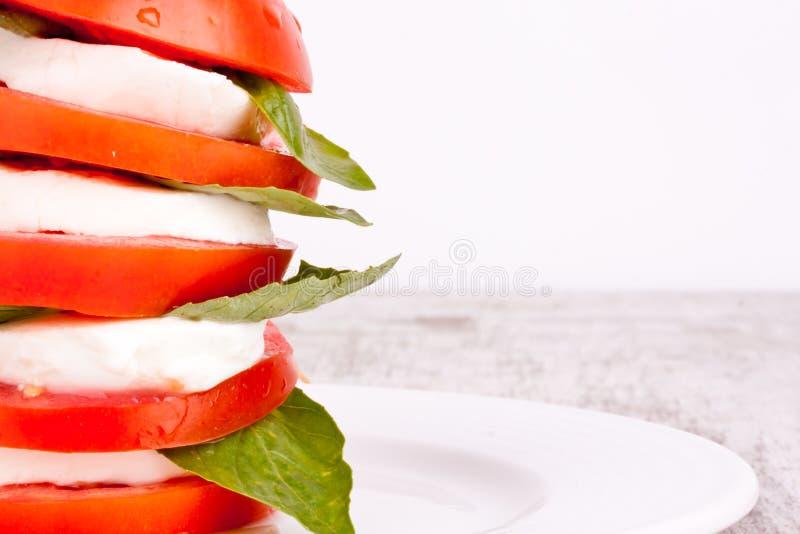 Download Ensalada De Caprese Con La Mozarela, El Tomate Y La Albahaca Imagen de archivo - Imagen de albahaca, fondo: 44850733
