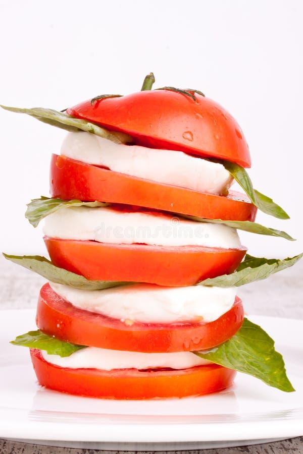 Download Ensalada De Caprese Con La Mozarela, El Tomate Y La Albahaca Imagen de archivo - Imagen de plato, petróleo: 44850761
