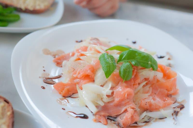 Ensalada de carpaccio de salmón marinado con albahaca imagenes de archivo