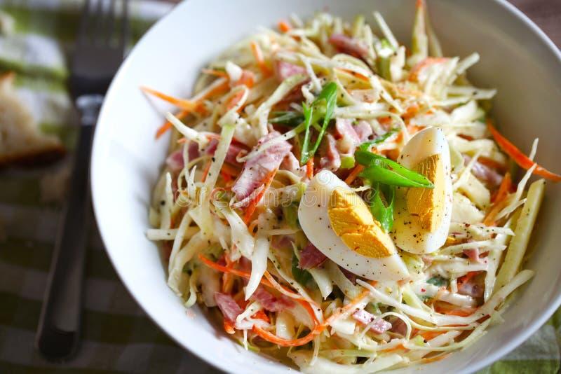 Ensalada de col o ensalada del slaw con el huevo, las zanahorias y el jamón, primer fotos de archivo