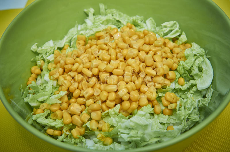 Ensalada de col y maíz imagenes de archivo