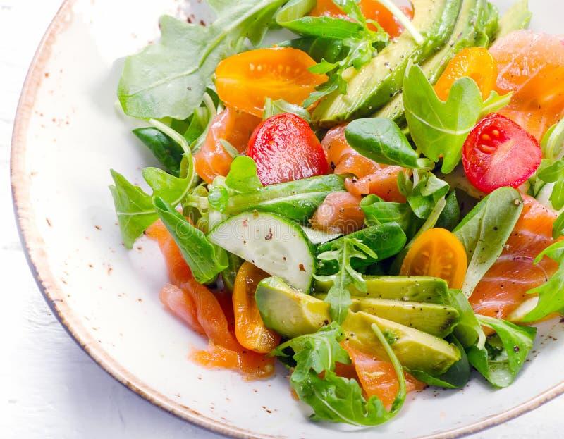 Ensalada de color salmón con los tomates de cereza, el arugula, la espinaca y el avocad imagen de archivo libre de regalías