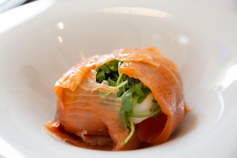Ensalada de color salmón fresca sana con la hoja del cohete, el queso y la otra verdura imagenes de archivo