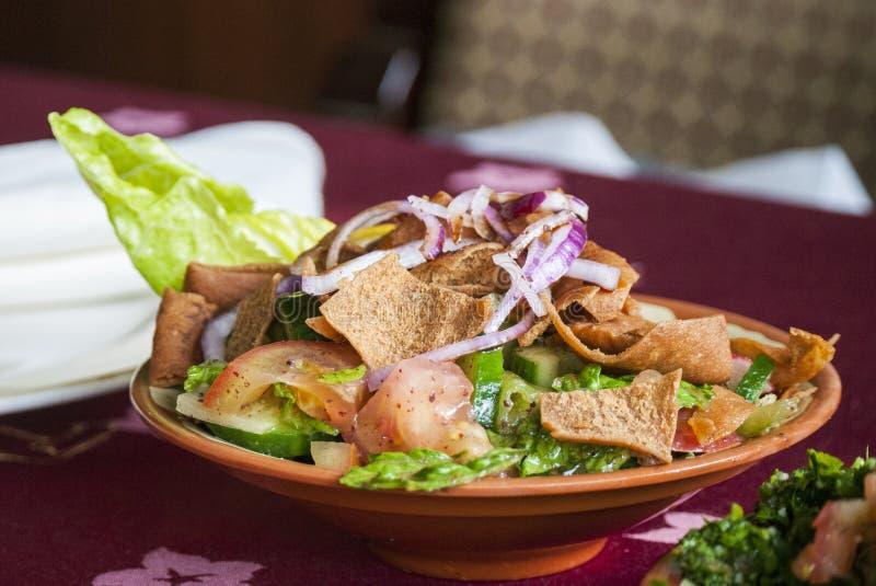 Ensalada de Fattoush en un restaurante libanés fotografía de archivo