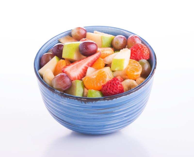 Ensalada de fruta colorida en un cuenco de cerámica azul foto de archivo