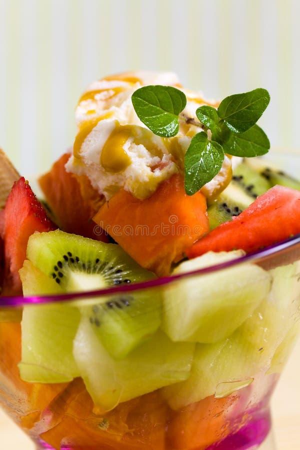 Ensalada de fruta con el helado, kiwi, fresa, papaya imágenes de archivo libres de regalías