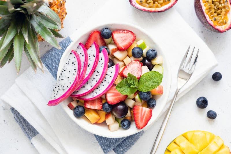 Ensalada de fruta con la fruta y el mango, visión superior del dragón foto de archivo