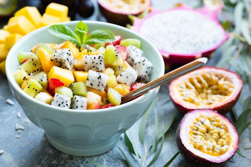 Ensalada de fruta con las frutas tropicales exóticas en cuenco fotos de archivo
