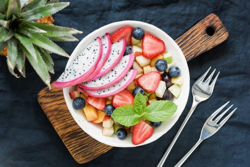 Ensalada de fruta con pitaya de la fruta tropical fotos de archivo libres de regalías