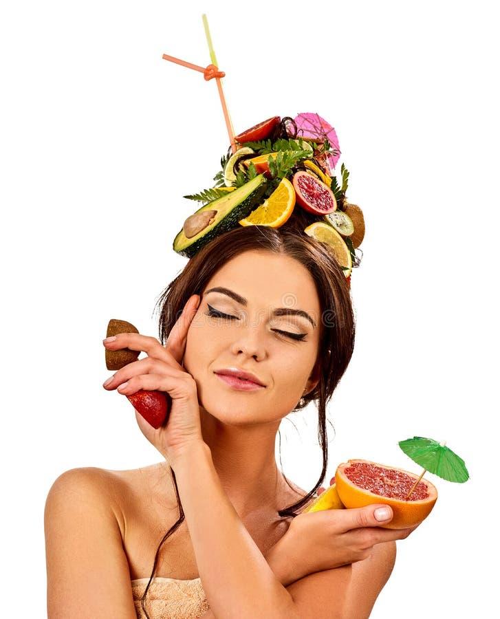 Ensalada de fruta de consumición de la muchacha en partido del verano La mujer da fruto peinado imagenes de archivo